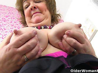 British granny Susan feeds her hungry cunt with...